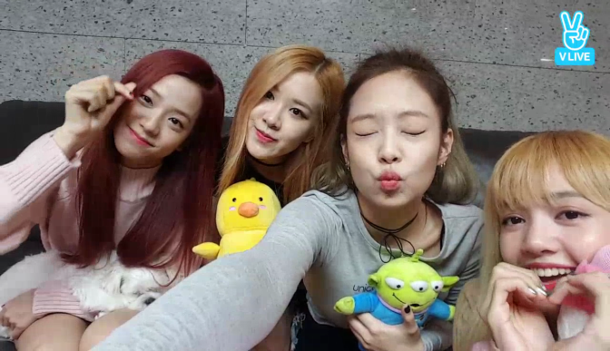 [NEWS] 161113 V Report Plus: BLACKPINK holds broadcast at dormitory