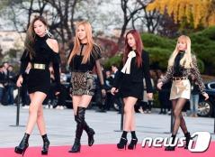 블랙핑크 제니, 로제, 지수, 리사(왼쪽부터)가 16일 오후 서울 경희대학교 평화의전당에서 열린 '2016 아시아 아티스트 어워즈(Asia Artist Awards / 이하 AAA)' 시상식에 참석하고 있다.