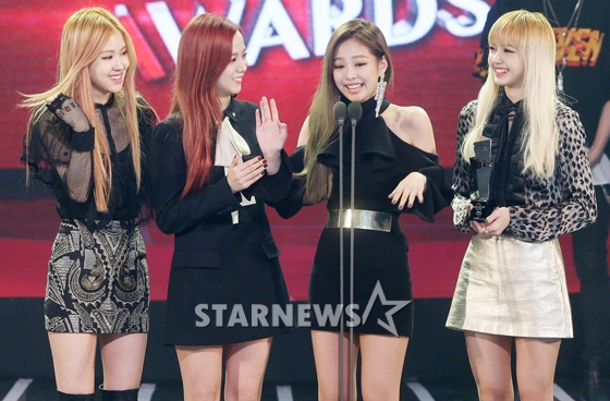 "[YG-LIFE] 161117 INTERVIEW: 2016 AAA's Rookie of the Year Awardee BLACKPINK ""Wanna be a team that fans always look forward to seeing"""