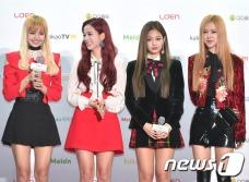 블랙핑크가 19일 오후 서울 고척스카이돔에서 열린 '2016 멜론 뮤직 어워드(2016 Melon Music Award / 이하 2016 MMA)' 레드카펫 행사에 참석해 인터뷰에 응하고 있다.