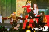 블랙핑크가 19일 오후 서울 고척스카이돔에서 열린 '2016 멜론 뮤직 어워드(2016 Melon Music Award / 이하 2016 MMA)'에 출연해 화려한 공연을 선보이고 있다. 뉴스1스타/사진=멜론