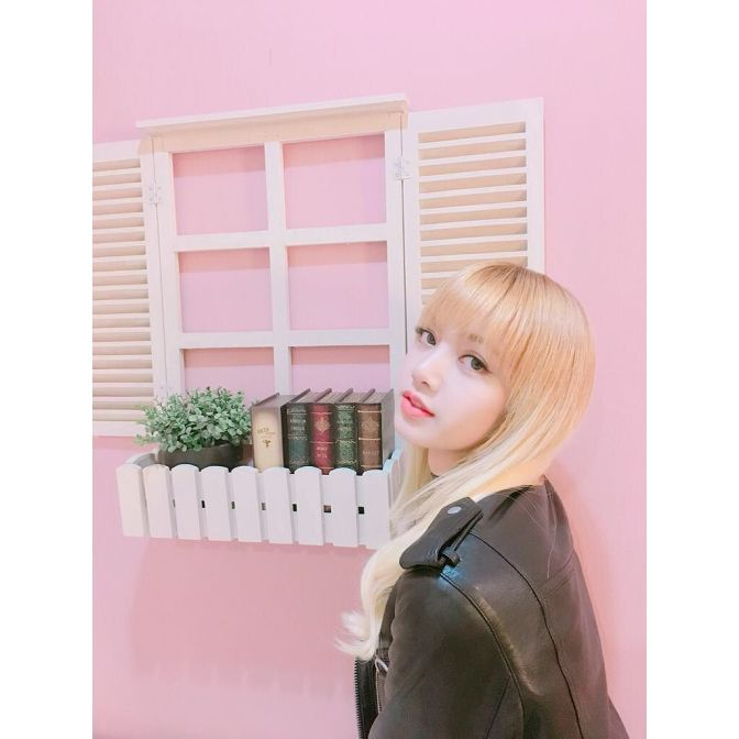 [YG-LIFE] 170107 BLACKPINK's Lisa Steals the Hearts of Male Fans with her Doll-like Looks