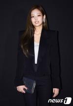 블랙핑크 제니가 27일 오후 서울 청담동 한 매장에서 열린 런칭 기념 행사에 참석해 포즈를 취하고 있다.