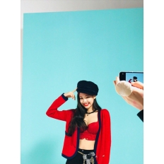 171228 blackpinkofficial 1 jennie bazaar_3