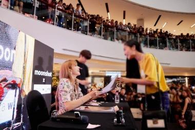 180813 lisa x moonshot fansign event in thailand 6