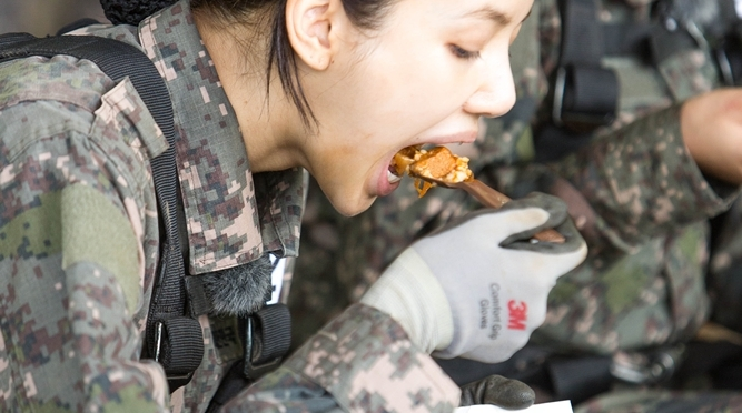 "[NEWS] 181012 BLACKPINK's Lisa And More Are Fascinated By MREs In ""Real Men 300"""