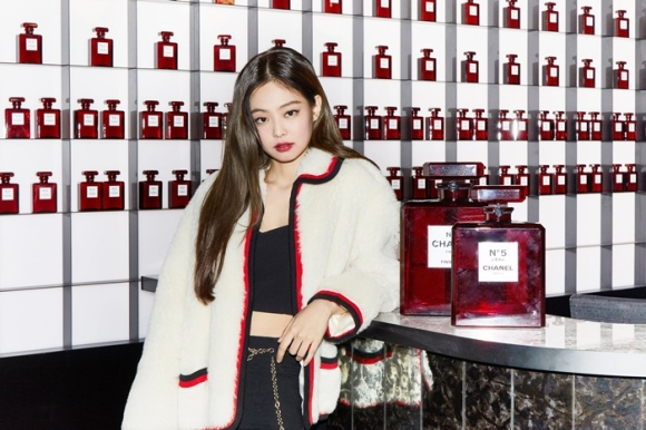181013 press chanel red museum jennie 3